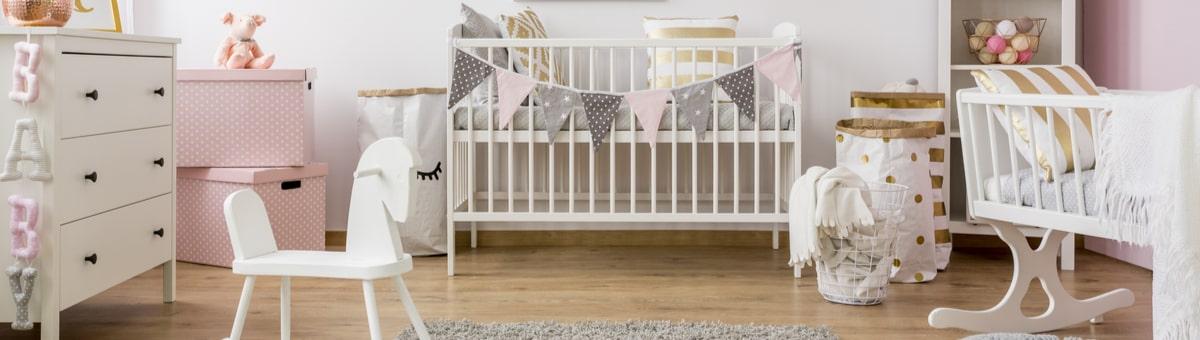 Kā izvēlēties gultiņu mazuļa pirmajiem dzīves gadiem?