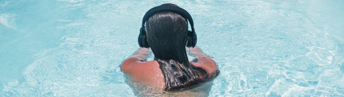 Patīk klausīties mūziku, peldot baseinā? Atklājiet bezvadu austiņas peldēšanai!