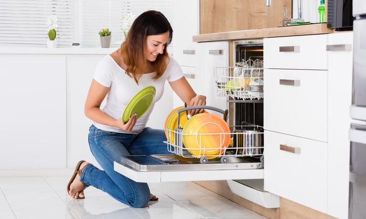 sieviete liek traukus trauku mazgajama masina