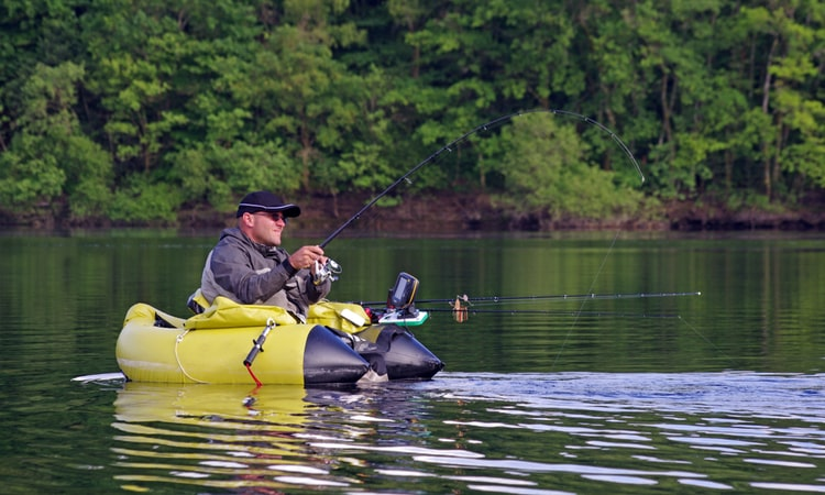 virietis zvejo uz gumijas laivas un izmanto eholoti